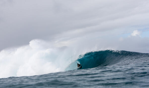 Griffin Colapinto having a look at Pipe. Photo Credit: WSL/Freesurf/Heff