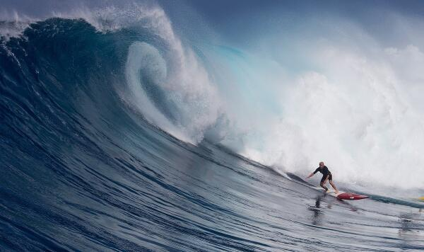 65-year-old WSL Big Wave Tour Vice President Gary Linden drops in at Jaws on January 22, 2015. Photographer: Fred Pompermayer.