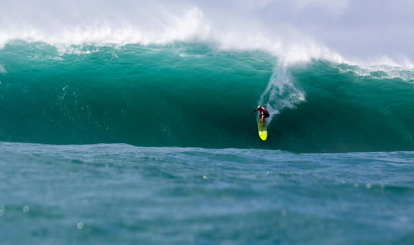 John John catches a bomb at Waimea