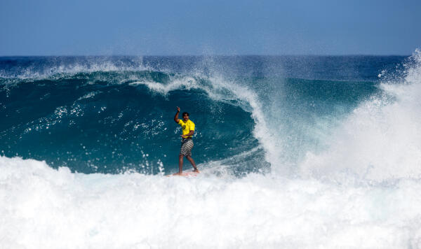 Oliveira advances on at the Pipe Pro Junior